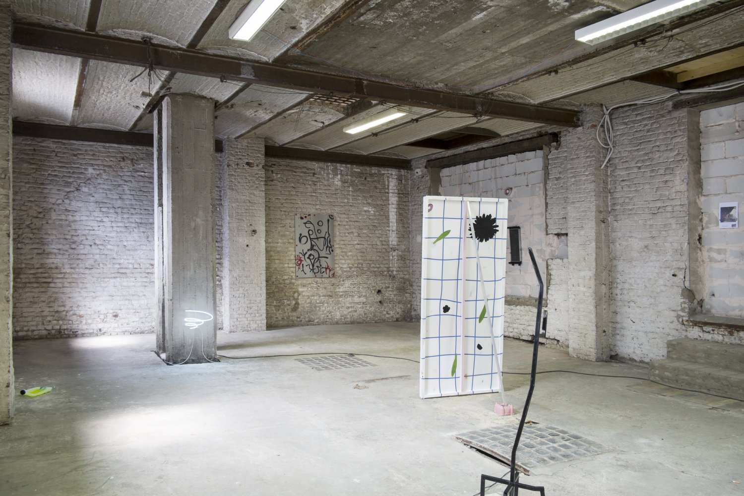 'Check XXe' (2015) exhibition view. Courtesy After Howl, Bruxelles.